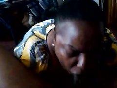Зрелая негритянка делая любительский минет сосёт огромный чёрный член