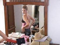 Любительская скрытая камера снимает загорелую модель раздевшуюся возле зеркала
