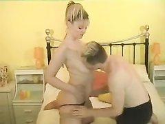 Любовник мастурбирует и лижет киску красотки и трахает её после минета