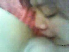 Молодая азиатка перед вебкамерой сделала домашний минет с окончанием на лицо