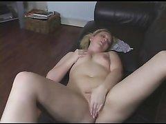 Блондинка с маленькими сиськами разделась для домашней мастурбации киски