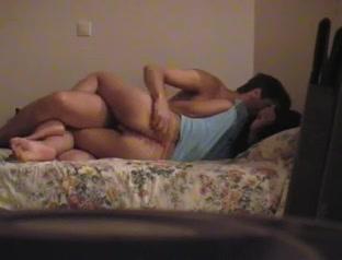 Скрытая камера запечатлела жёсткий любительский секс с брюнеткой в спальне