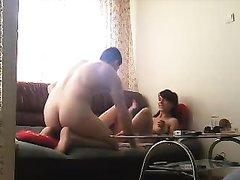 Скрытая камера в гостиной записывает домашний секс с фигуристой кокеткой