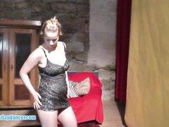 Стриптиз и любительский минет от блондинки с большими сиськами и круглой попой