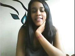 Молодая негритянка по домашней вебкамере показывает попу и бритую киску