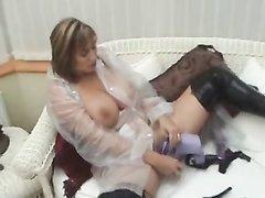 Зрелая женщина с большими сиськами наслаждается домашней мастурбацией