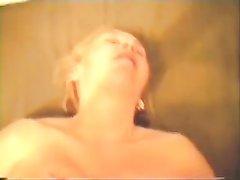 Зрелая немка с бритой киской наслаждается домашним сексом с поклонником