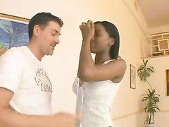 Зрелая негритянка жёстко трахнута в анал белым любовником кончившим на лицо