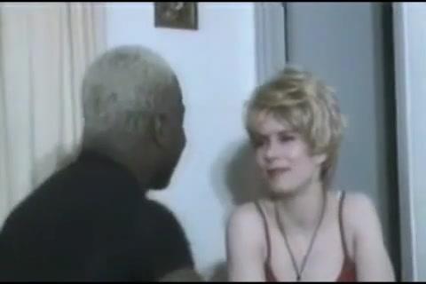 Лизать волосатую пизду блондинки, смена ролей с переодеванием