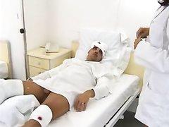 Медсестра отсосав член занялась любительским анальным сексом в палате