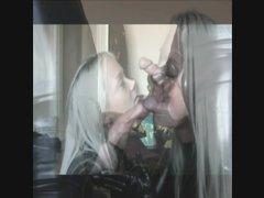 Роскошная блондинка в латексе делая любительский минет сосёт большой член