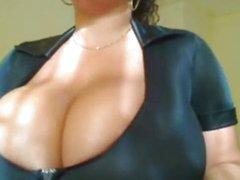 Зрелая и толстая домохозяйка с натуральными огромными сиськами возле вебкамеры