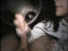 Молодая проститутка делает любительский минет от первого лица водителю
