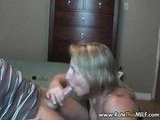 Зрелая грудастая блондинка перед скрытой камерой строчит любительский минет