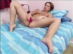Молодая девушка сняв трусики увлеклась домашней мастурбацией в постели
