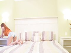 Любительский стриптиз от рыжей красотки оголившей большие сиськи на вебкамеру