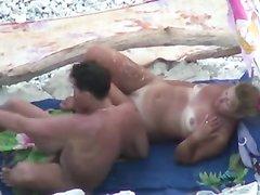 Любительское подглядывание за загорелой зрелой туристкой трахающейся на пляже