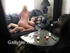 Скрытая камера снимает любительский хардкор с фигуристой блондинкой на диване