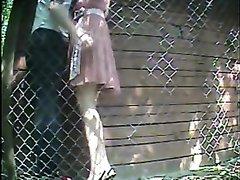 Скрытая камера на улице снимает домашний секс с брюнеткой вставшей в наклон