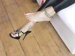 Домашний фут фетиш с привлекательной брюнеткой показывающей ухоженные ноги