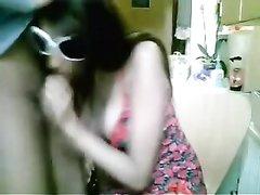 Грудастая смуглянка перед вебкамерой сделала любительский минет поклоннику