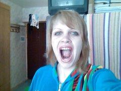 Рыжая русская красотка перед вебкамерой сделала домашний минет ухажёру