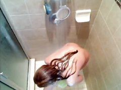 Домашнее подглядывание за молодой рыжей красоткой купающейся в ванной