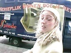 Блондинка раздевшись наслаждается любительской мастурбацией с вибратором