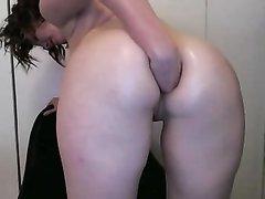 Домашняя анальная мастурбация брюнетки с круглой попой перед вебкамерой