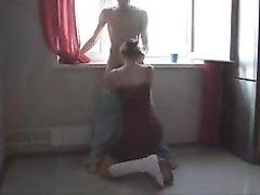Молодая домохозяйка отсосав член жёстко трахается с поклонником у окна