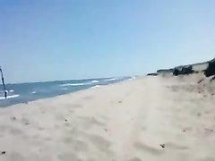 Туристка на пляже сделала любительский минет незнакомцу для окончания на лицо