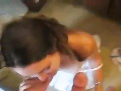 Шлюха с маленькими сиськами сделала любительский минет с окончанием на лицо