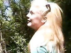 Крупный план домашней мастурбации молодой блондинки в лесу на природе