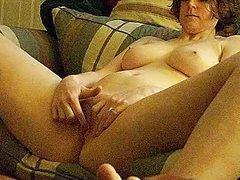 Подглядывание любительской мастурбации красотки с большими сиськами