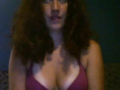 Шаловливая загорелая домохозяйка перед вебкамерой обнажила упругие сиськи