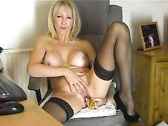 Грудастая зрелая блондинка в чулках наслаждается домашней мастурбацией
