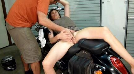 Ухажёр ублажает брюнетку с волосатой киской радуя её любительской мастурбацией