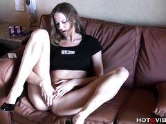Сняв трусики молодая развратница предалась любительской мастурбации
