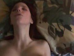 Отсосав член от первого лица опытная рыжая шлюха занялась домашним сексом