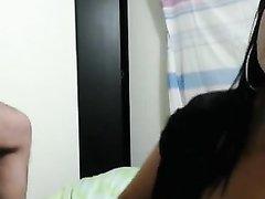 Загорелая кокетка с маленькими сиськами сосёт член перед домашней вебкамерой