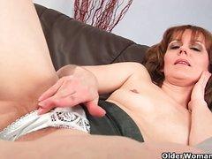 Рыжая зрелая домохозяйка мастурбирует волосатую киску крупным планом