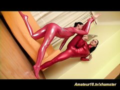 Гибкие и молодые лесбиянки в горячей домашней сцене раздевшись делают шпагат