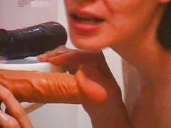 Длинноногая молодая брюнетка занялась домашней мастурбацией в ванной