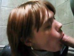 Рыжая проститутка крупным планом чеканит домашний минет для окончания на лицо