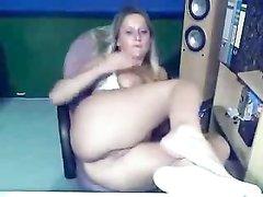 Зрелая блондинка перед вебкамерой занялась любительской анальной мастурбацией