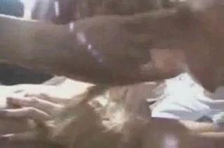 Проститутка сжав член клиента в руке делает домашний минет с наслаждением