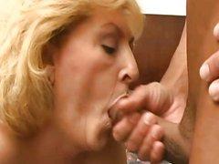 Молодой любовник мастурбирует киску и трахает зрелую блондинку после минета