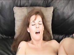 Мастурбируя киску зрелая дама трахается с любовником для окончания на лицо