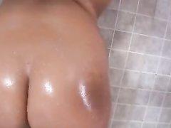 Любительский анальный хардкор с гламурной молодой брюнеткой в ванной