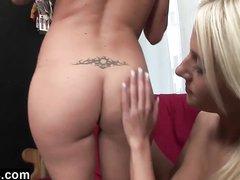 Влюблённые молодые блондинки раздевшись догола делают лесбийский римминг